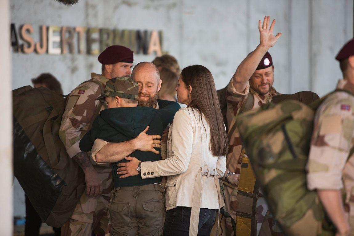 KRIG OG FRED: Aksel Hennie spiller Erling Riiser som vender hjem til kona Johanne (Tuva Novotny) og sønnen Rikard (Amund Wiegand).