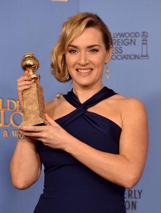 SEIERSSMIL: Kate Winslet med trofeet hun vant natt til mandag.
