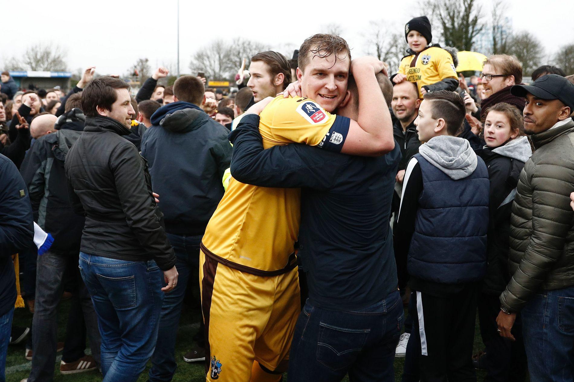 FEST: Supporterne stormet banen etter at målscorer Jamie Collins og Sutton slo Leeds søndag.