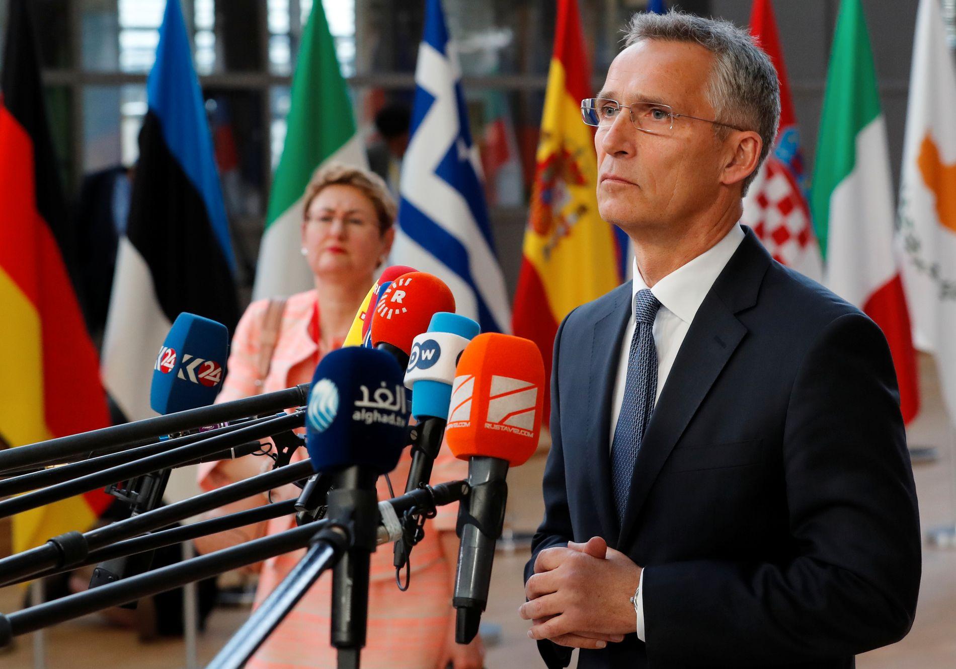 POSITIV: Jens Stoltenberg kommenterte det annonserte toppmøtet mellom Trump og Putin, da han kom til EUs toppmøte torsdag ettermiddag.