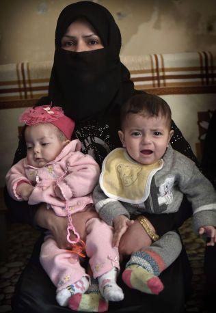 TVILLINGER PÅ FLUKT: Fidda (26) er på flukt alene med tvillingene Noor og Muhamed (ni mnd). Mannen hennes er savnet i Aleppo.