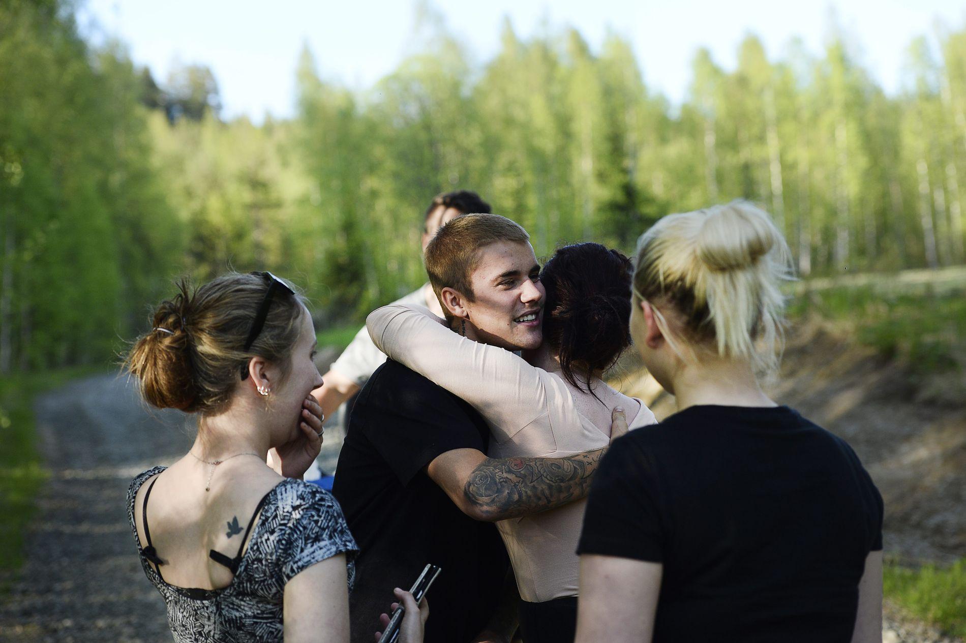 KLEMTE FANSEN: Justin Bieber pratet med fansen i de svenske skogene torsdag