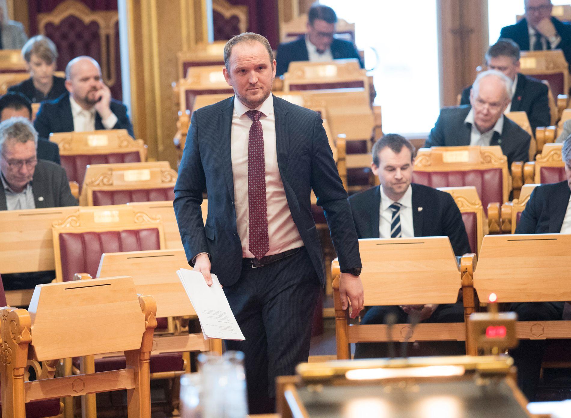 LOVER: Samferdselsminister Jon Georg Dale (Frp) sier sjåførene fortsatt skal ha dispensasjon til å kjøre.