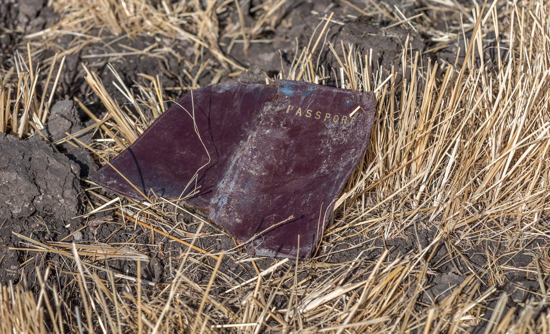 INGEN OVERLEVENDE: Et av passasjerenes pass ligger i åkeren hvor Ethiopian Airlines-flyet styrtet søndag.