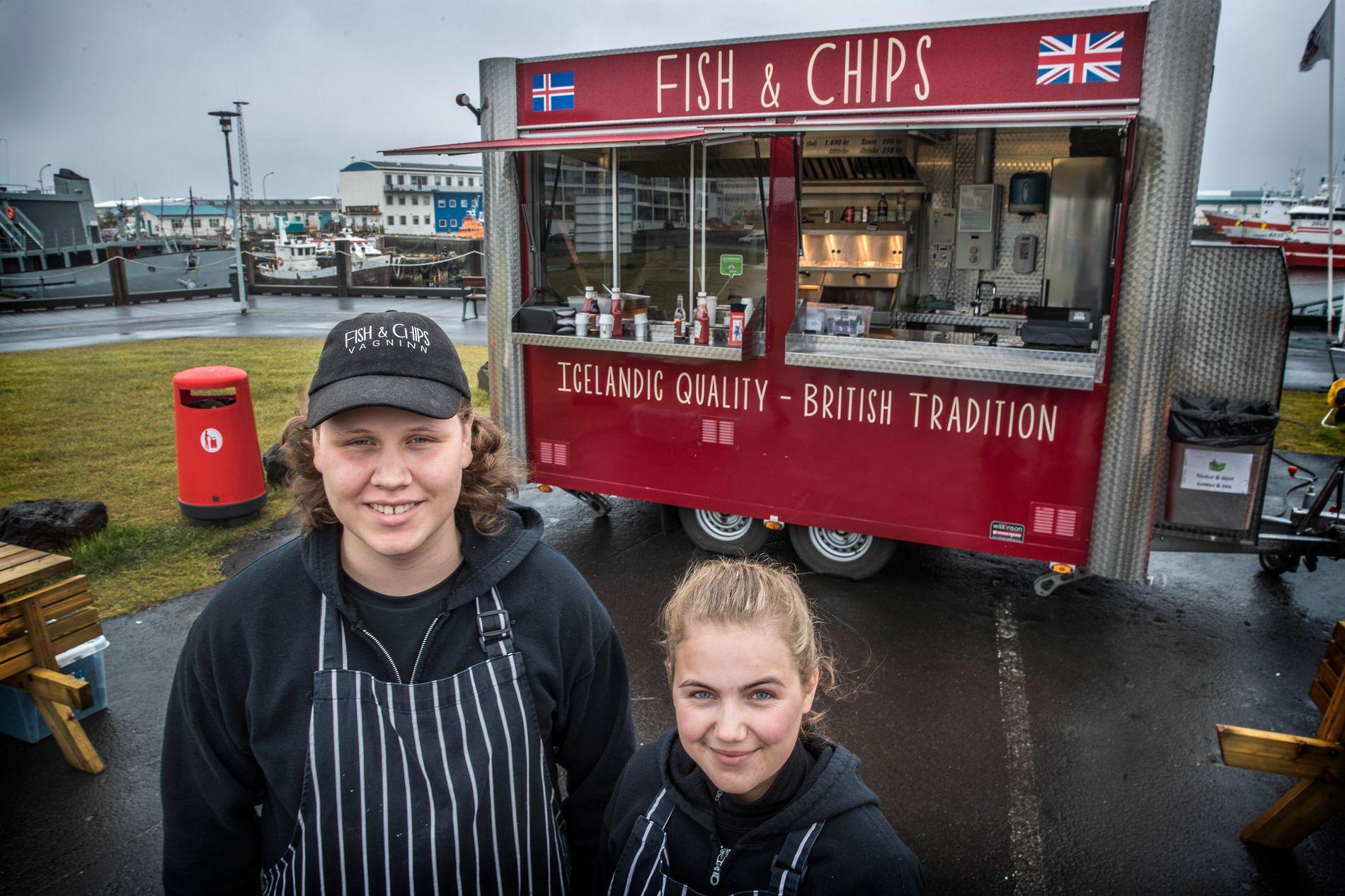 EN FOT I HVER LEIR: Jonas Arnason (t.v., 17) og Margrét Ragna Gylfadóttir (17) selger den engelske nasjonalretten Fish and Chips på havnen i Reykjavik.