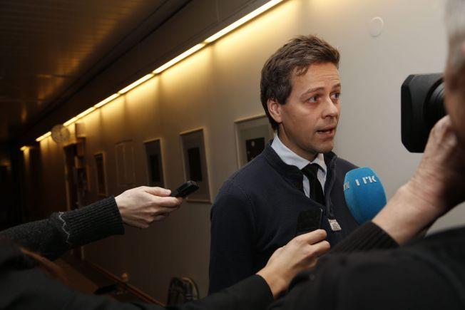 STREKKER SEG: KrF-leder Knut Arild Hareide på vei inn til forhandlingene i Stortinget like før klokken 18 søndag kveld.