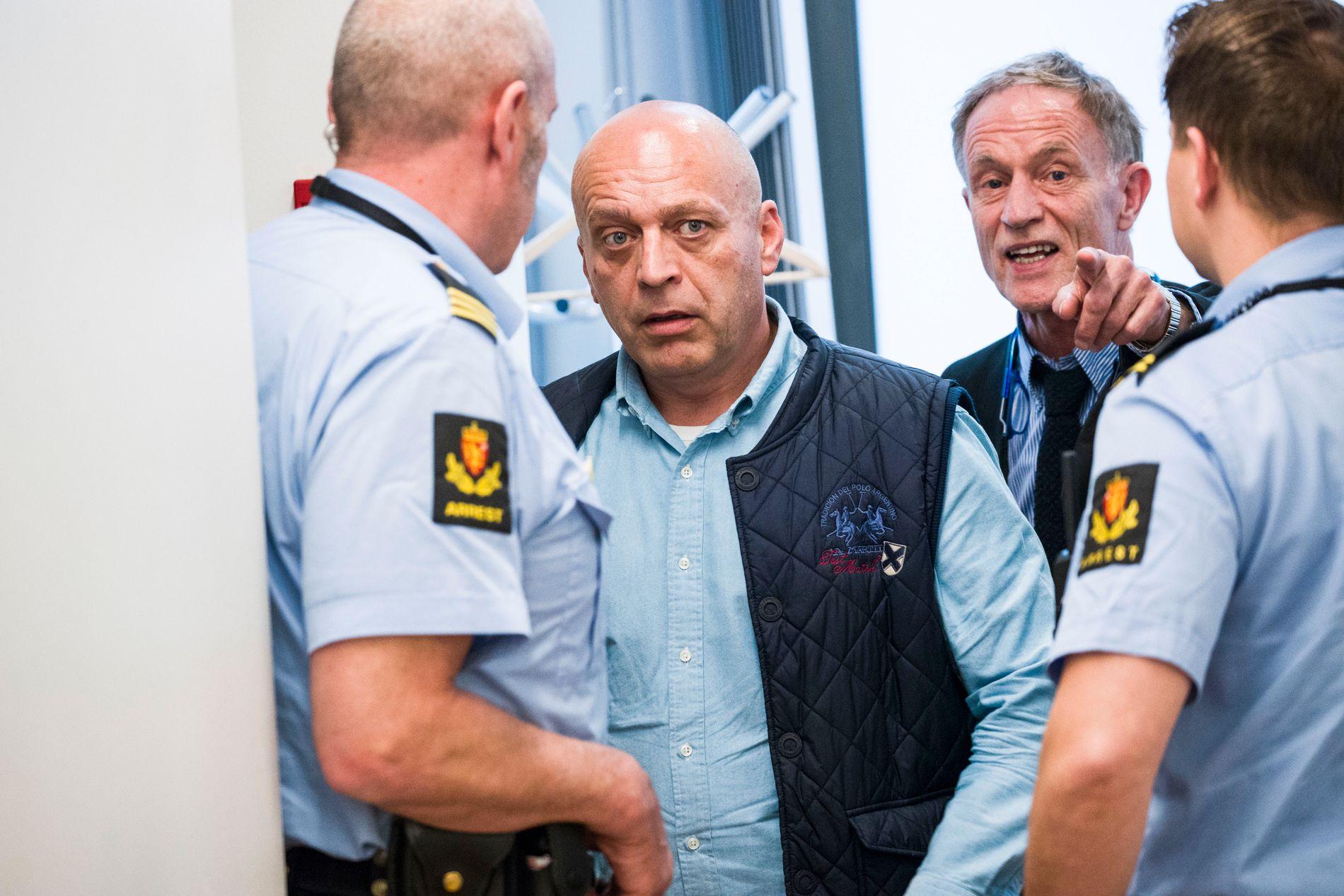 IKKE HELT FORNØYD: Gjermund Cappelen (50) har ikke tatt stilling til hvorvidt han vil anke dommen på 15 års fengsel. Her sammen med forsvarer Benedict de Vibe i Oslo tingrett.