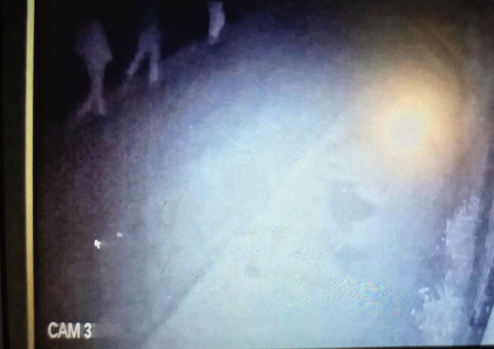 PÅ KAMERA: Tre personer som politiet mener er koblet til drapshandlingen er fanget opp på et overvåkingskamera i Imlil. VG har sett videoen.