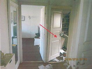 ÅPNINGEN: En glipe i døren inn til soverommet der Shilan Shorsh døde, gjør at politiet ikke kan utelukke at noen andre var til stede da den påsatte brannen startet.