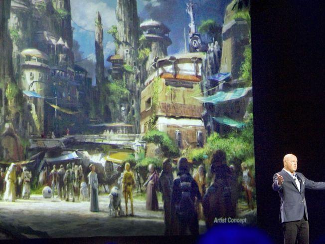 BYGGER «STAR WARS»-UNIVERS: Under helgens Disney-messe i California annonserte leder for Walt Disney-parkene, Bob Chapek at de kommer til å bygge to «Star Wars»-land i Disney-parkene i henholdsvis Florida og California. Alle de ansatte kommer til å være kledd som om de er karakterer i «Star Wars»-universet.