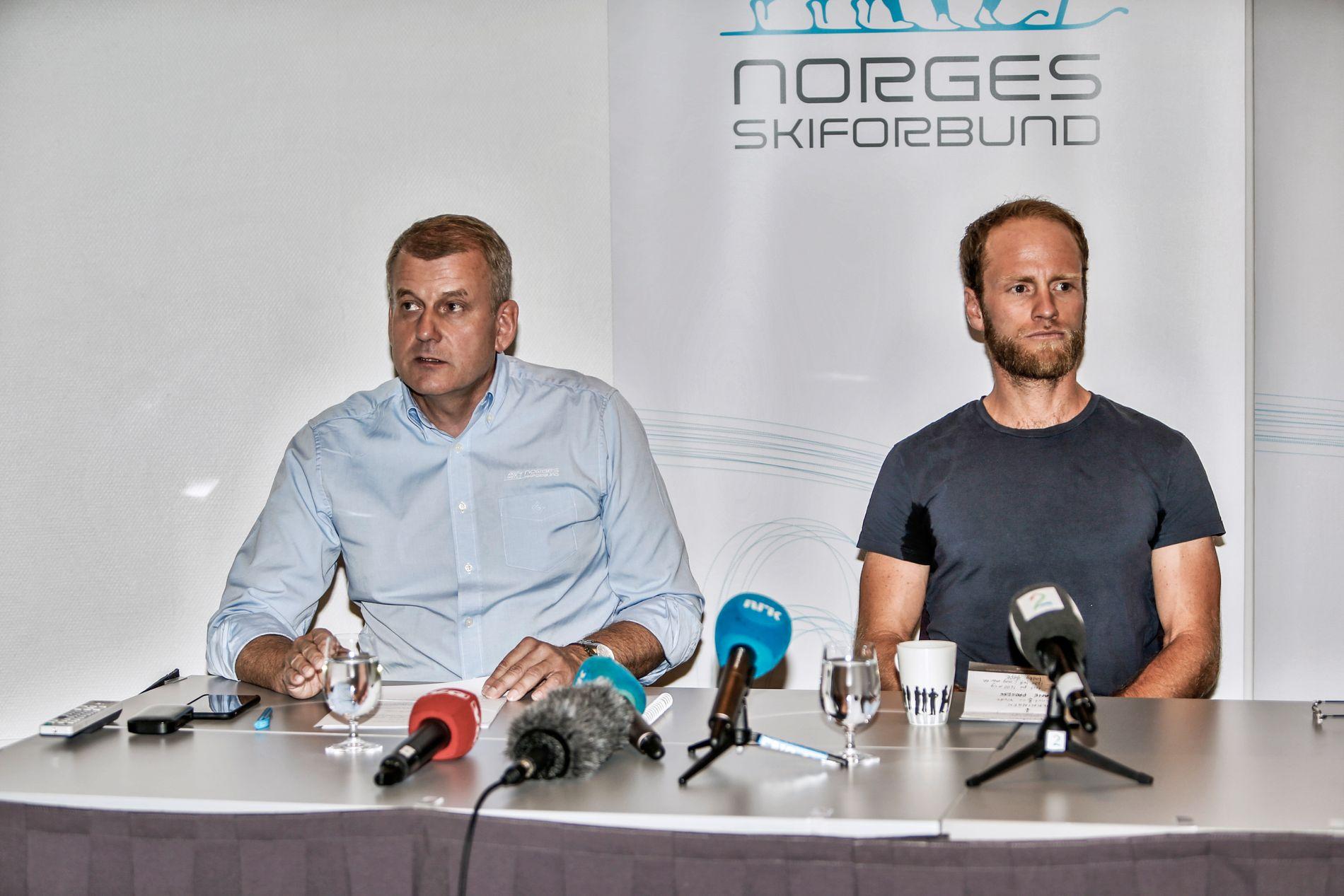ASTMA-SJOKK: 20. juli holdt Norges Skiforbund en pressekonferanse hvor blant andre skipresident Erik Røste (t.v.) deltok da de fortalte at Martin Johnsrud Sundby (t.h.) hadde blitt utestengt i to måneder for brudd på dopingreglene i forbindelse med bruk av astmamedisiner.