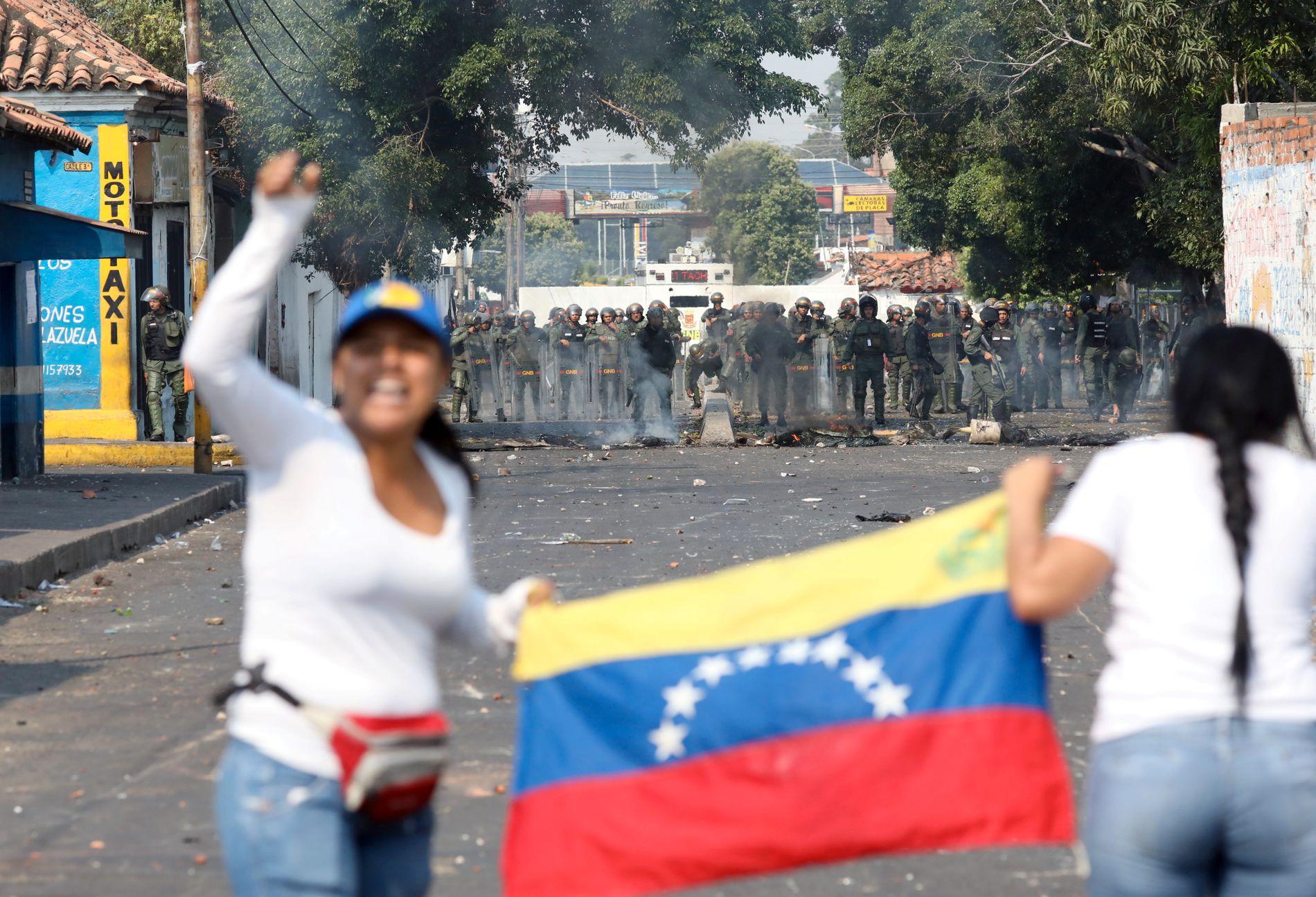 DEMONSTRANTER: Venezuelanske sikkerhetsstyrker mot demonstranter i byen Urena lørdag.