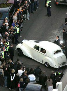 Godt oppmøte: Ikke bare gjesten møtte frem til bryllupet: Langs veien stod det så mange skuelystne at politiet måtte måke vei for at Nicole skulle komme frem til kirken. Foto: EPA