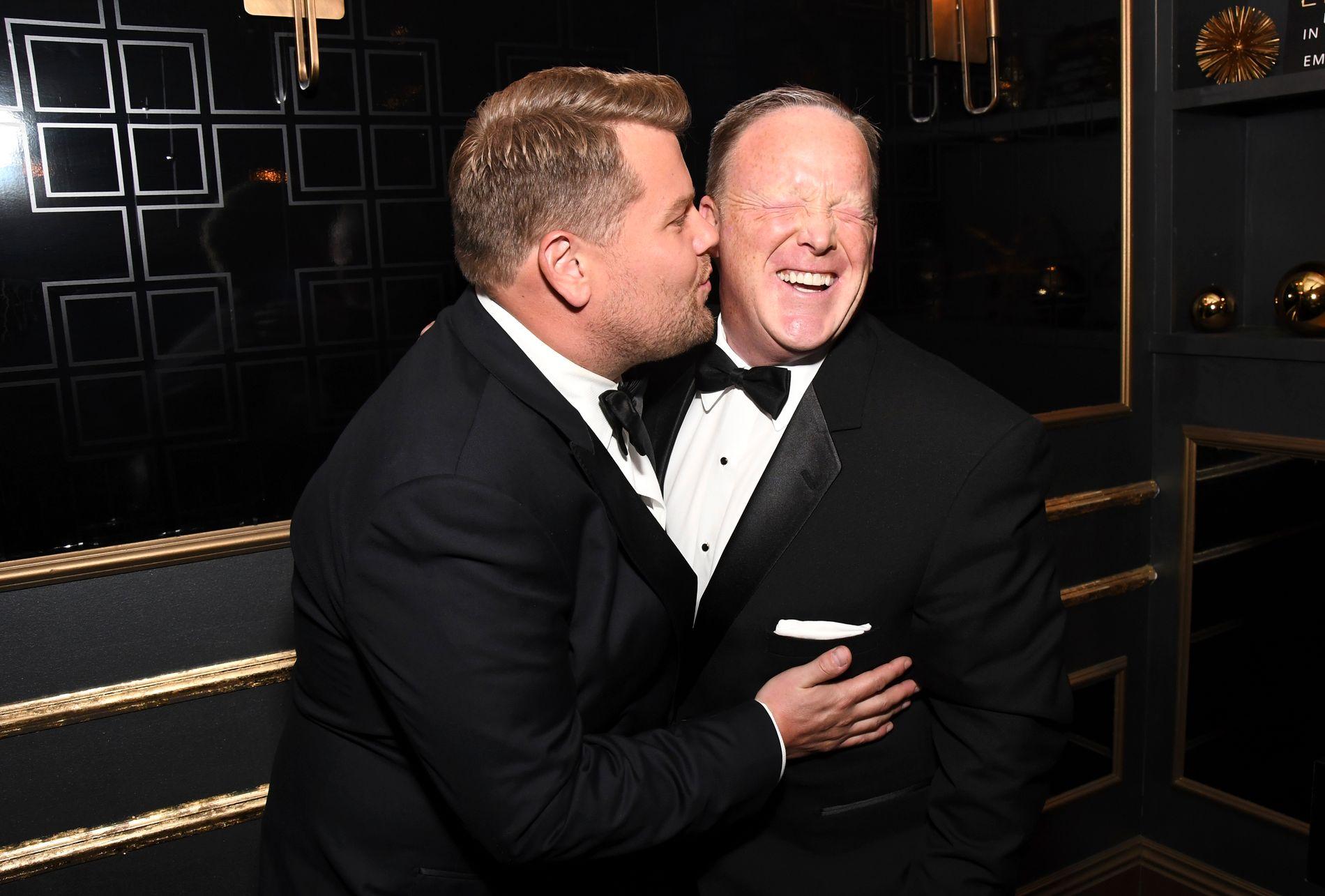 KONTROVERSIELT: James Corden kysset Sean Spicer på kinnet under søndagens Emmy-galla. Bildet, som går verden rundt, skaper bølger.
