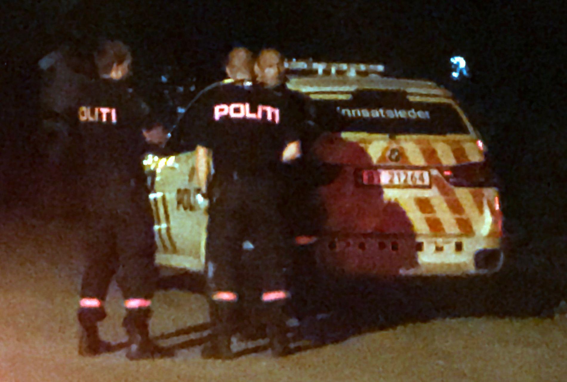 VARSLET NABO: En av kvinnene som ble knivstukket klarte å komme seg over til en nabo for å få hjelp. Her jobber politiet på adressen.