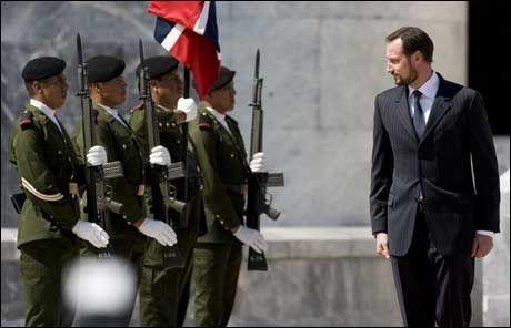 HILSET: Kronsprins Haakon blir hilset av vaktene etter kransenedleggelsen ved monumentet i Mexico City. Foto: AP
