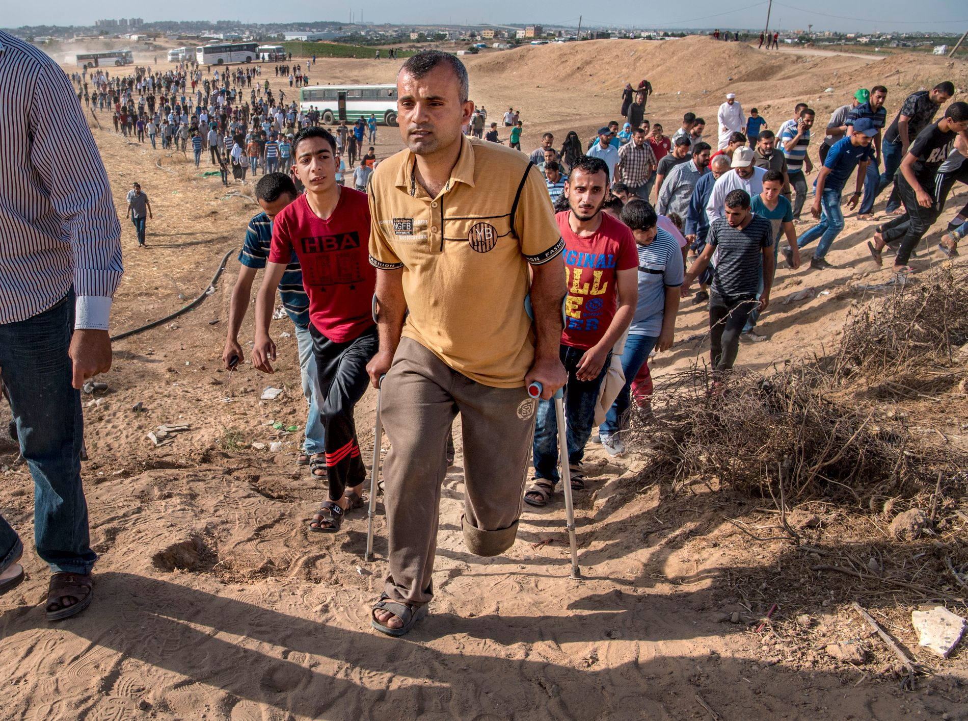 KRIGSHELT: Yousef Motawaq (33) fikk venstre legg amputert under Gazakrigen i 2006. Han får krigspensjon av Hamas og deltok søndag i demonstrasjonen ved grensegjerdet mot Israel.