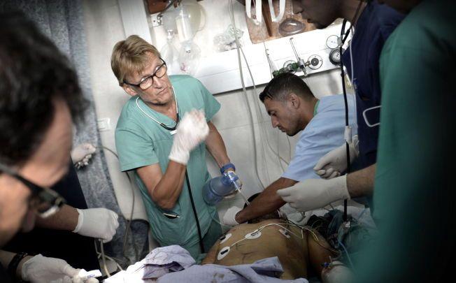 NEKTET INNREISE: Her jobber Mads Gilbert på Shifa-sykehuset i Gaza under krigen i sommer. Dokumentene VG har fått tak i, viser at han er utestengt «på permanent basis». Israels ambassade i Oslo sier utestengelsen gjelder «på ubestemt tid».