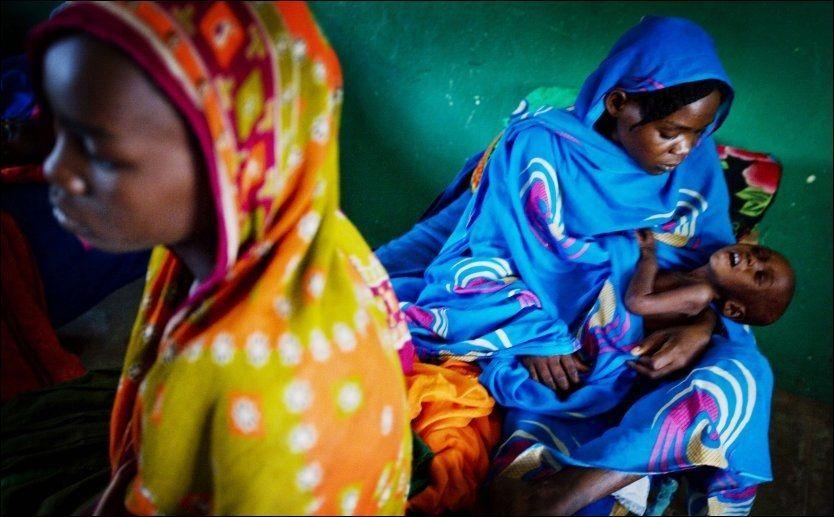 FOKUS: En kvinne holder sitt barn på en UNICEF-klinikk i Tsjad. Bildet er tatt i forbindelse med at UNICEF-ambassadør Mia Farrow var på besøk for å øke fokuset da et vaksinasjonsprogram mot polio bel startet opp. Foto: AFP