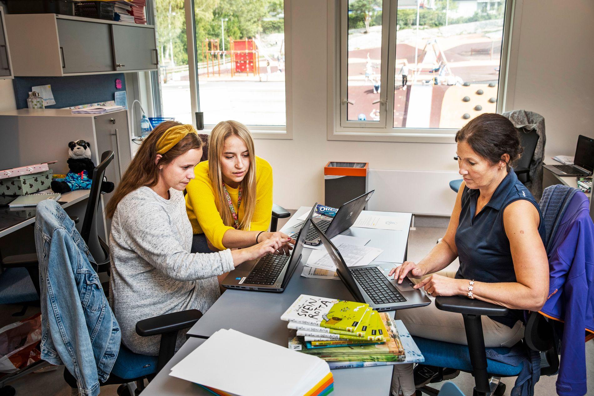 NYANSATTE: Tiril Kvisvik Siljeholt (f.v.), Tiri Anine Castro Meum og Nina Christelle Godin er alle nyansatte lærere på Munkerud skoles 2. trinn. De tror den nye lærernormen vil føre til tettere oppfølging av elevene.