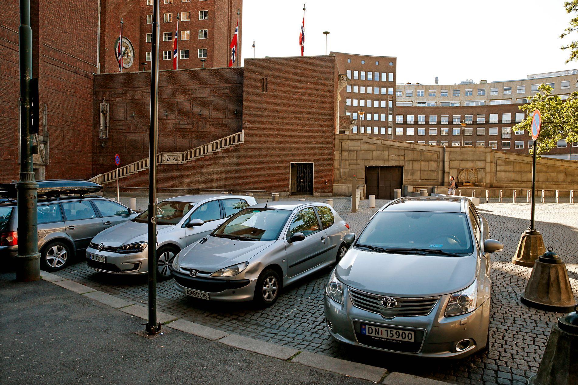 FORSKJELL: Her må vanlige bilister betale avgift for å parkere i borggårds-området ved Oslo rådhus. Snart forsvinner trolig de plassene. I porten bak kjører ledende politikere i Oslo sine biler inn og parkerer gratis.