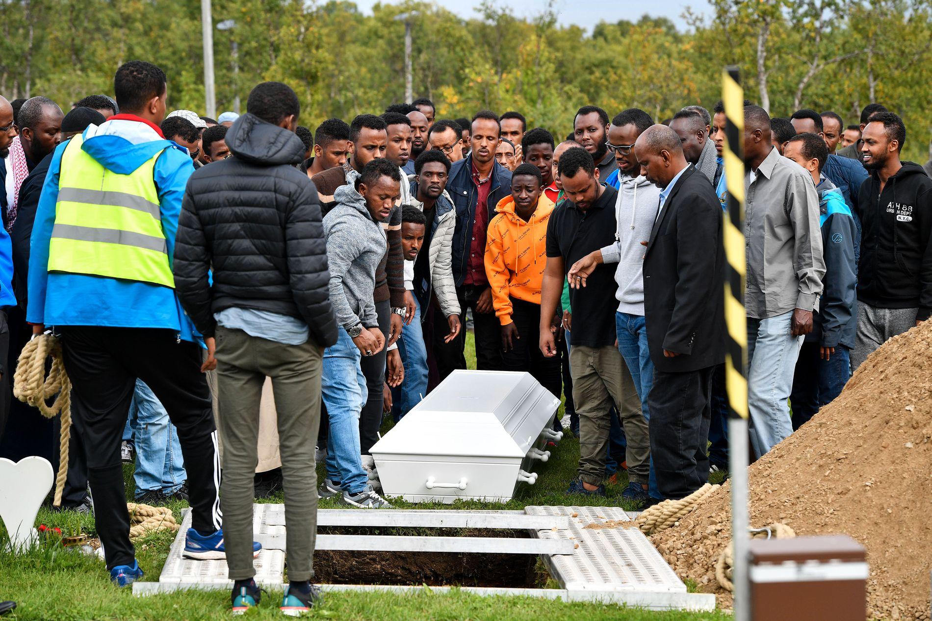 TOK FARVEL: Bårene ble senket i jorden på Sandnessund gravlund torsdag ettermiddag.
