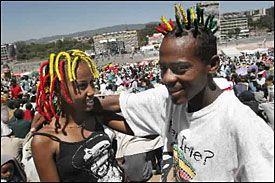 ADDIS ABABA: Kibisti og Genem, to etiopiske reggeafans, danser til de fengende rytmene under søndagens konsert. Foto: EPA