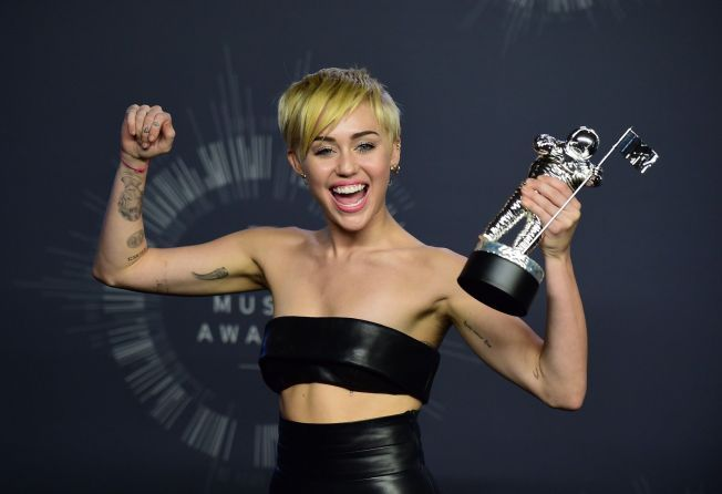 FORNØYD: Miley Cyrus fikk prisen for «årets musikkvideo» med låten «Wrecking Ball».
