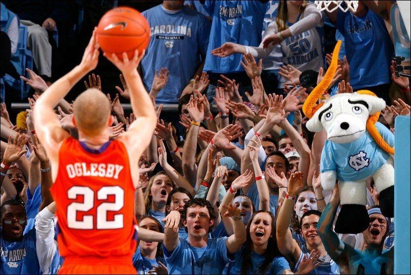 HÆ? EN NORDMANN?: Tusenvis av tilskuere har sett Terrence Oglesby i college-basket i USA. Og han er norsk. Her prøver North Carolina Tar Heels-fansen å psyke ham ut på et straffekast. Foto: AFP
