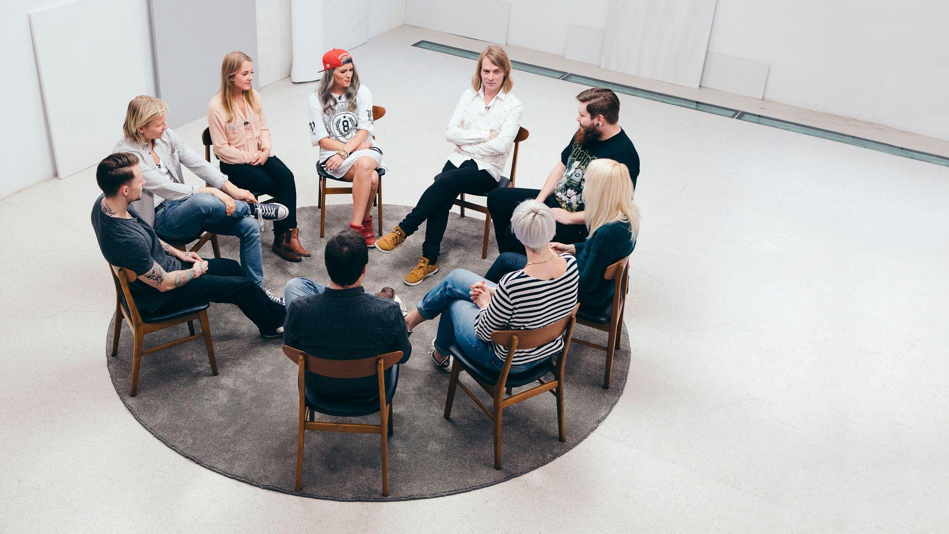 BANER VEI: Deltakerne i «Jeg mot meg» i gruppeterapi med psykolog Peder Kjøs øverst i midten.