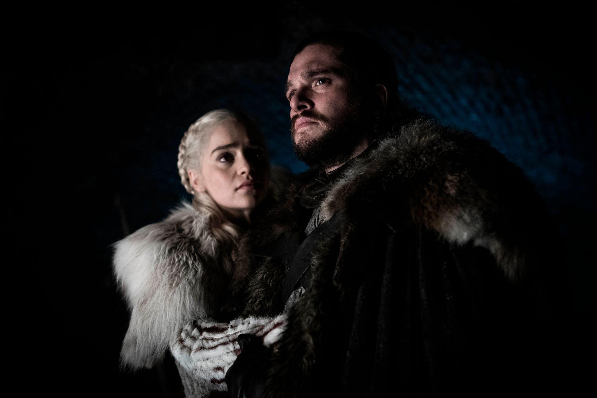 SENTRALE: Emilia Clarke og Kit Harington spiller Daenerys Targaryen og Jon Snow i «Game of Thrones.