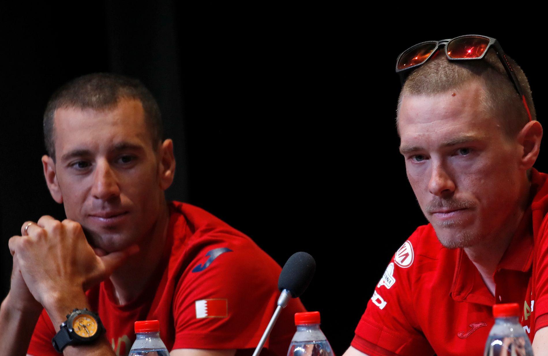 BRØT: Rohan Dennis til høyre på en pressekonferanse foran Tour de France. Til venstre hans lagkamerat Vincenzo Nibali.