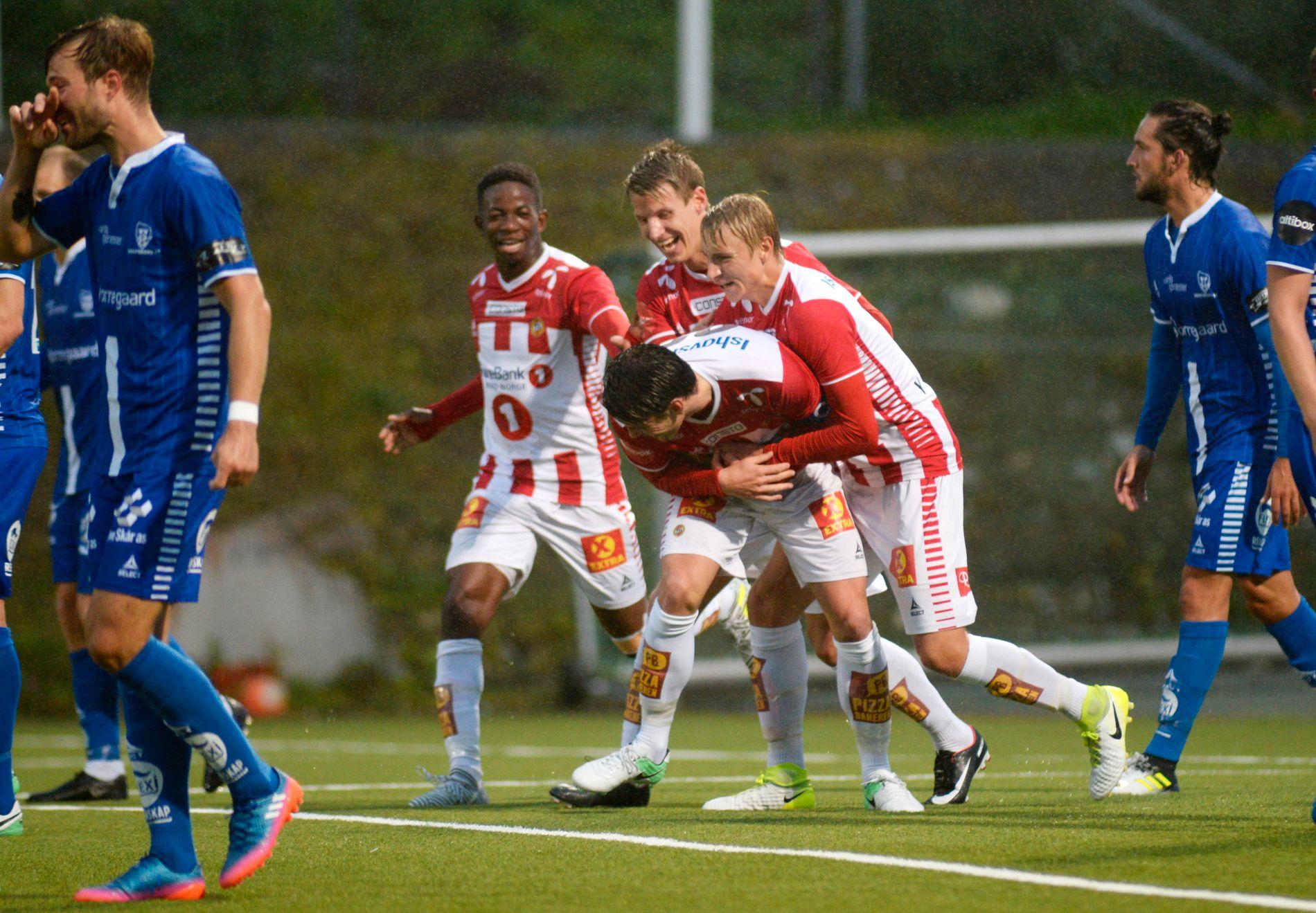 REAL BANK: Tromsø-kaptein Simen Wangberg (i midten) stanget inn to mål for et lag i alvorlig poengnød, da Sarpsborg mistet andreplassen i serien.