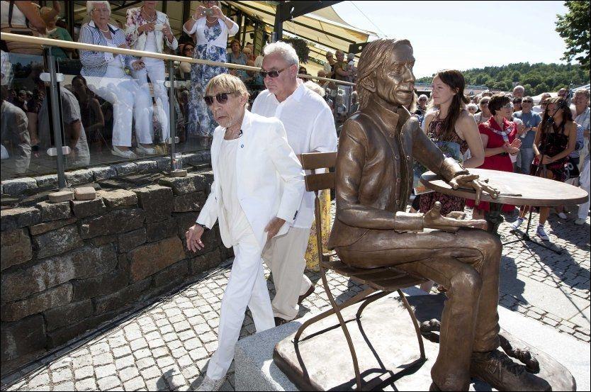 AVDUKET: Jahn Teigen og datteren Sara Skragan Teigen var begge tilstede under avdukingen av statuen i Tønsberg. Foto: Alf Øystein Støtvik / VG
