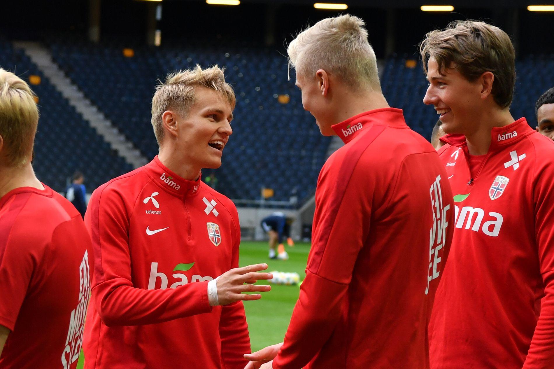 OPTIMISTER: Ungguttene Martin Ødegaard, Erling Braut Haaland og Sander Berge ser lyst på livet før søndagens skjebnekamp mot Sverige på Friends Arena.