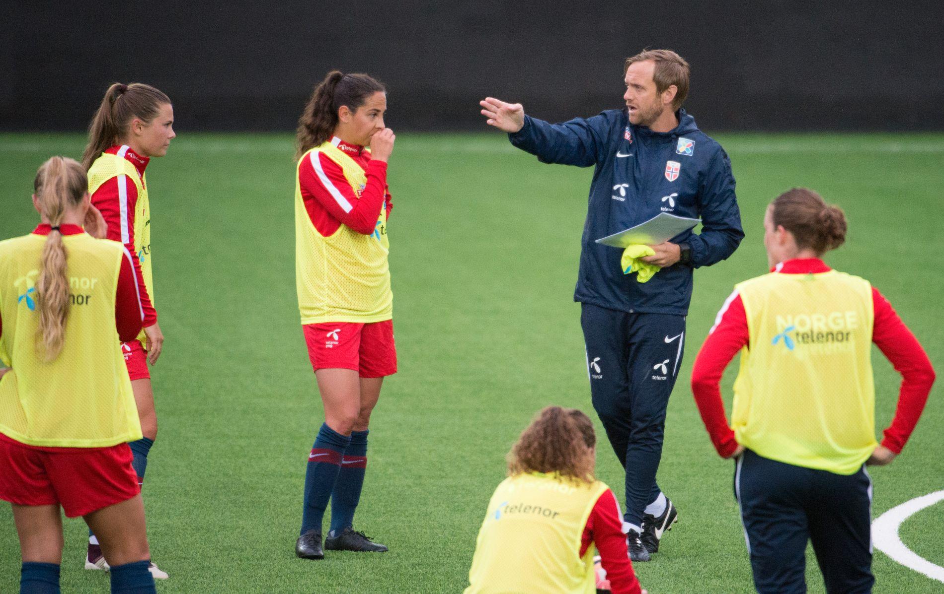HAR EN JOBB Å GJØRE: Landslagstrener Martin Sjögren gir beskjeder til fotballkvinnene under en treningsøkt før VM-kvaliken mot Irland.