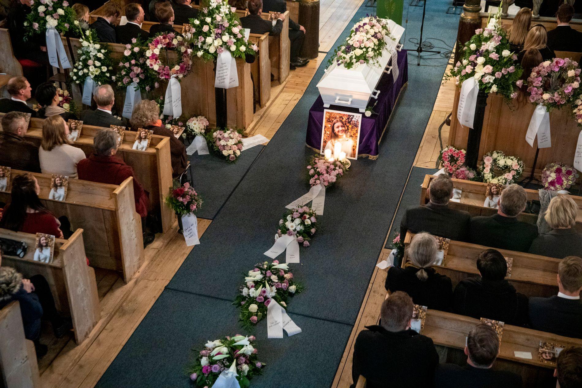 GRAVLAGT: 16 år gamle Laura Iris Haugen ble gravlagt fra Sødorp kirke i Nord-Fron onsdag.