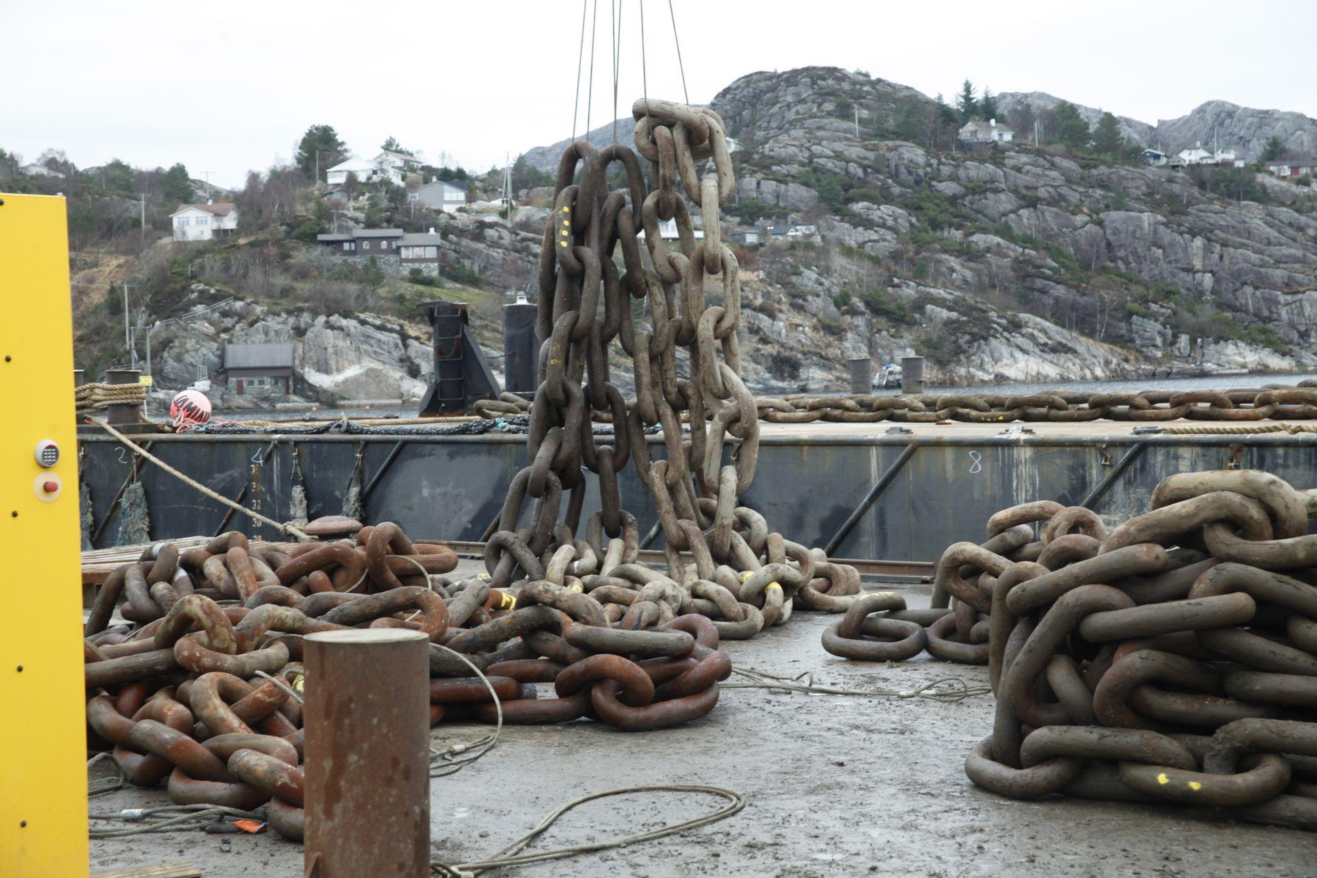 DIMENSJONER: Kjettingen er nesten like stor som den som ble brukt til bergingen av Costa Concordia i 2013. Hver løkke er 114 mm tykk og har en lengde på cirka 45 centimeter.