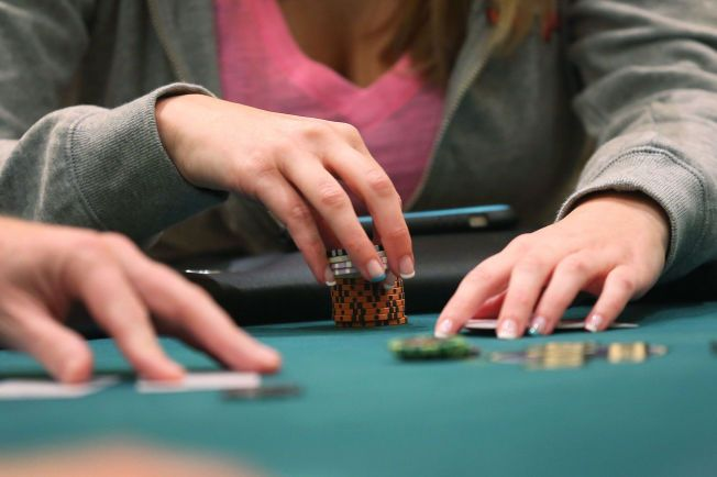 BLIR LOVLIG: Regjeringens nye forslag vil gjøre det lovlig å spille poker om penger i hjemmet - så lenge det er under 5.000 kroner i potten.