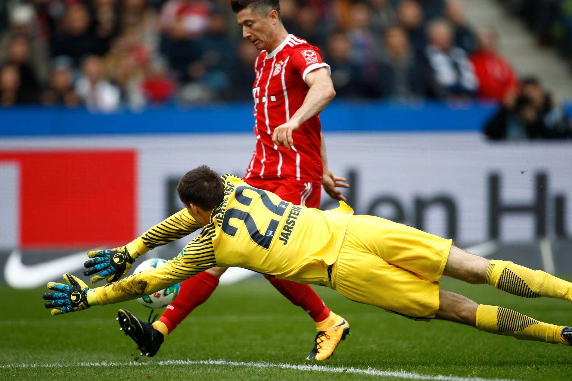 SNART PÅ SAMME LAG?: Robert Lewandowski klarer ikke å score på Rune Jarstein her under en ligakamp mellom Hertha Berlin og Bayern München i høst. Men nå spekuleres det om de kan bli lagkamerater.