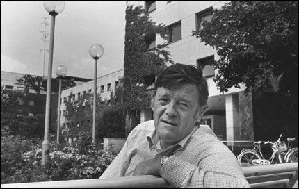 LANGT NRK-LIV: Yngvar Ustvedt var første gang å høre i NRK i 1949. Han jobbet i mange år i NRK-bygget på Marienlyst. Foto: Stig Næss