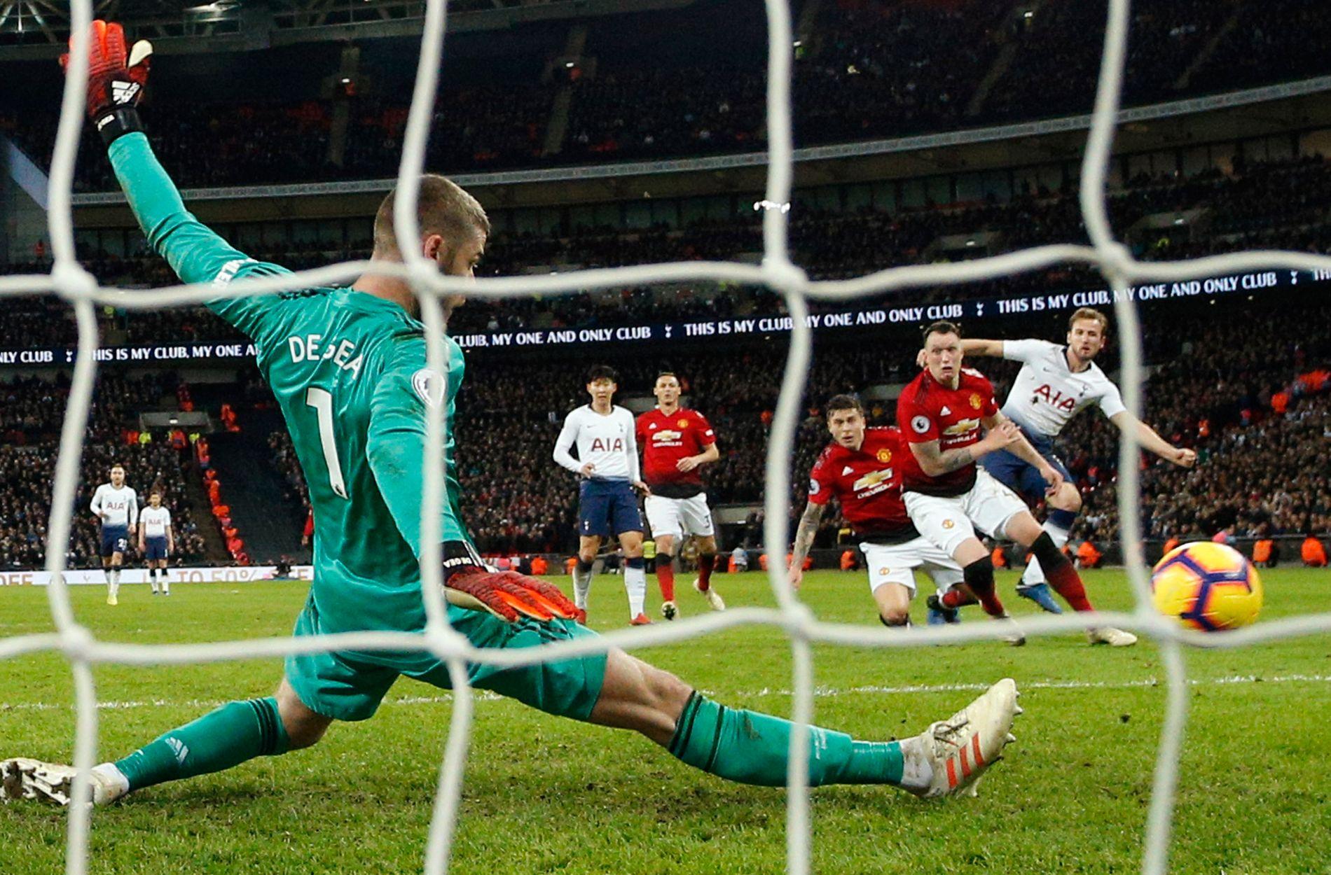 REDNINGSMANN: David de Gea er en av grunnene til at Manchester United slipper inn fære mål enn motstandernes sjanser «tilsier». Her står han i veien for en Harry Kane-avslutning mot Tottenham.