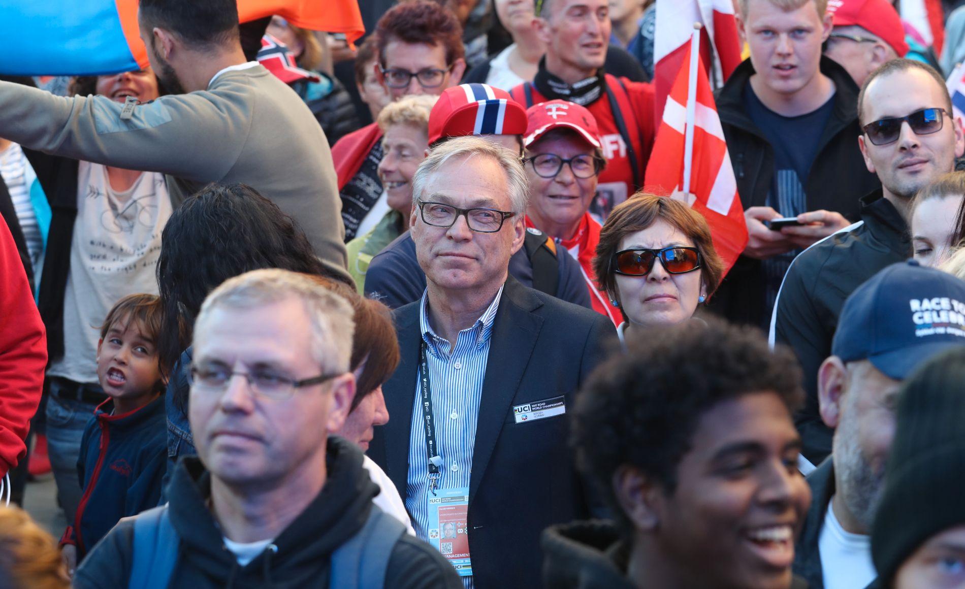 VM-FEST: Sykkelpresident Harald Tiedemann Hansen blant publikum i Bergen.