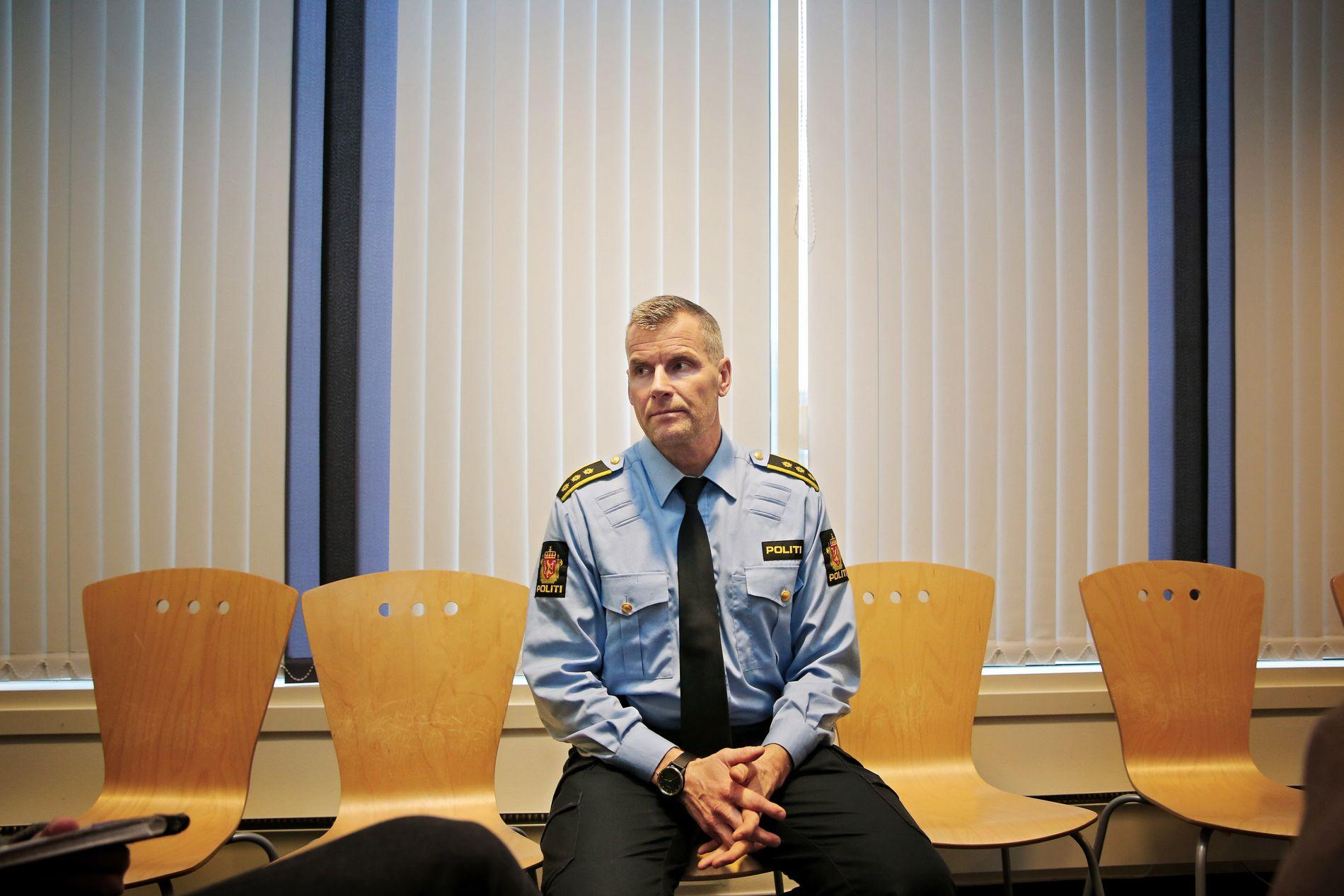 LANGE DAGER: Lensmann Terje Krogstad i Ringsaker har fått en hektisk start på året. Det er mange som vil vite hva som har skjedd med Janne Jemtland.