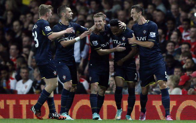SE, SÅ GLADE: Southampton-spillerne jubler for Nathaniel Clynes matchvinnermål på Emirates.