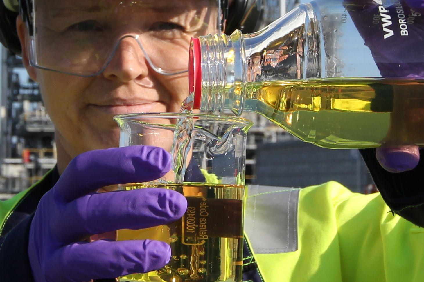 HEMMELIGHETEN I SAUSEN: En amin-væske av denne typen kan være kjernen i fremtidens CO₂-fangst, forteller kjemiker Anne Morken.
