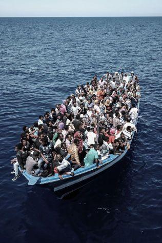 TIL ITALIA: Flyktningene hadde vært åtte timer på sjøen da de ble plukket opp. Redningsbåten, Bourbon Argos, bruker to dager til Italia, en slik trebåt bruker mye lengre tid.