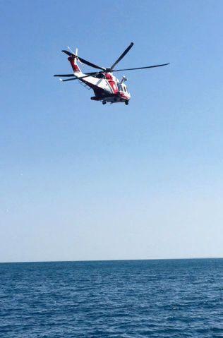 SØKER: Et italiensk kystvakthelikopter søker etter den savnede nordmannen i havet rett utenfor Catania tirsdag.