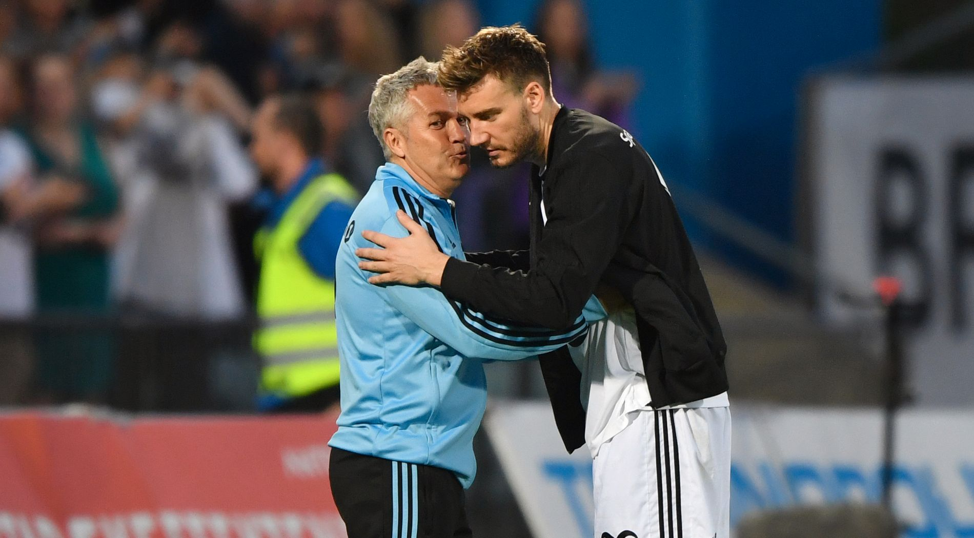 Kåre Ingebrigtsen og Nicklas Bendtner kommuniserer etter 1–0-seieren borte mot Stabæk i Eliteserien 2018.