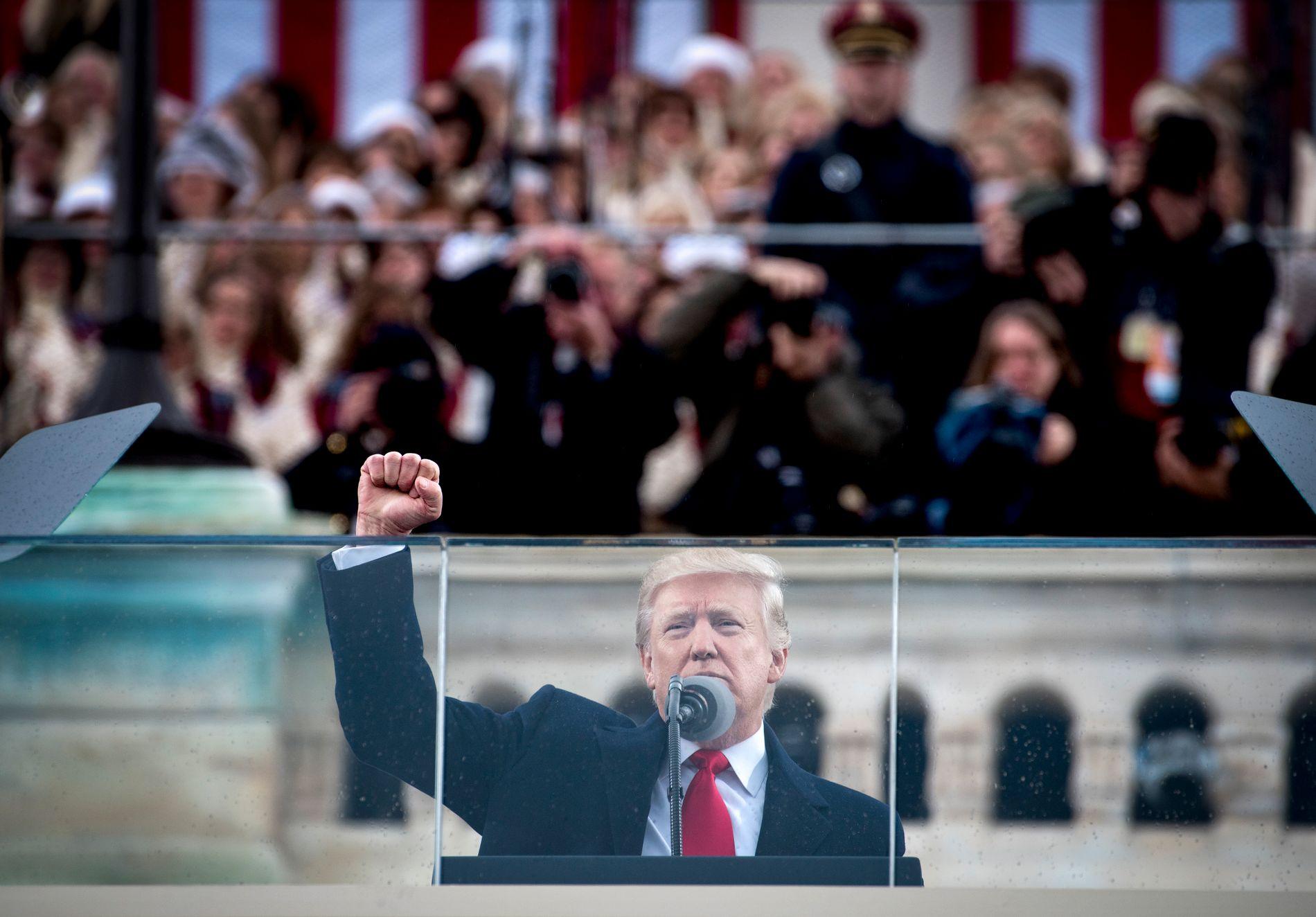INNSETTELSEN: Dagen etter at Donald Trump ble satt inn som USAs president marsjerte hundretusener av kvinner i gatene i Washington, D.C. Mange i protest mot den ferske presidenten.